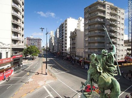 Aerial photo of the monument El Gaucho at Av. 18 de Julio and Av. Constituyente - Photos of downtown, URUGUAY. Image #65250
