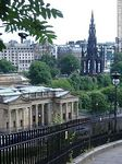 National Gelleries of Scotland y el monumento Walter Scott en Mound Place. - Foto #49127