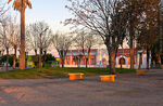 Foto #68419 - The square at sunset. In the background the school and the chapel